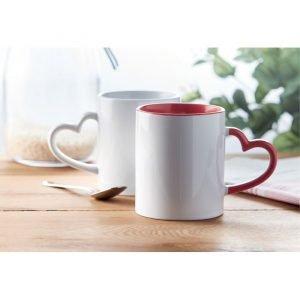 Deux tasse en céramique écologique avec anse en forme de cœur et intérieur rouge
